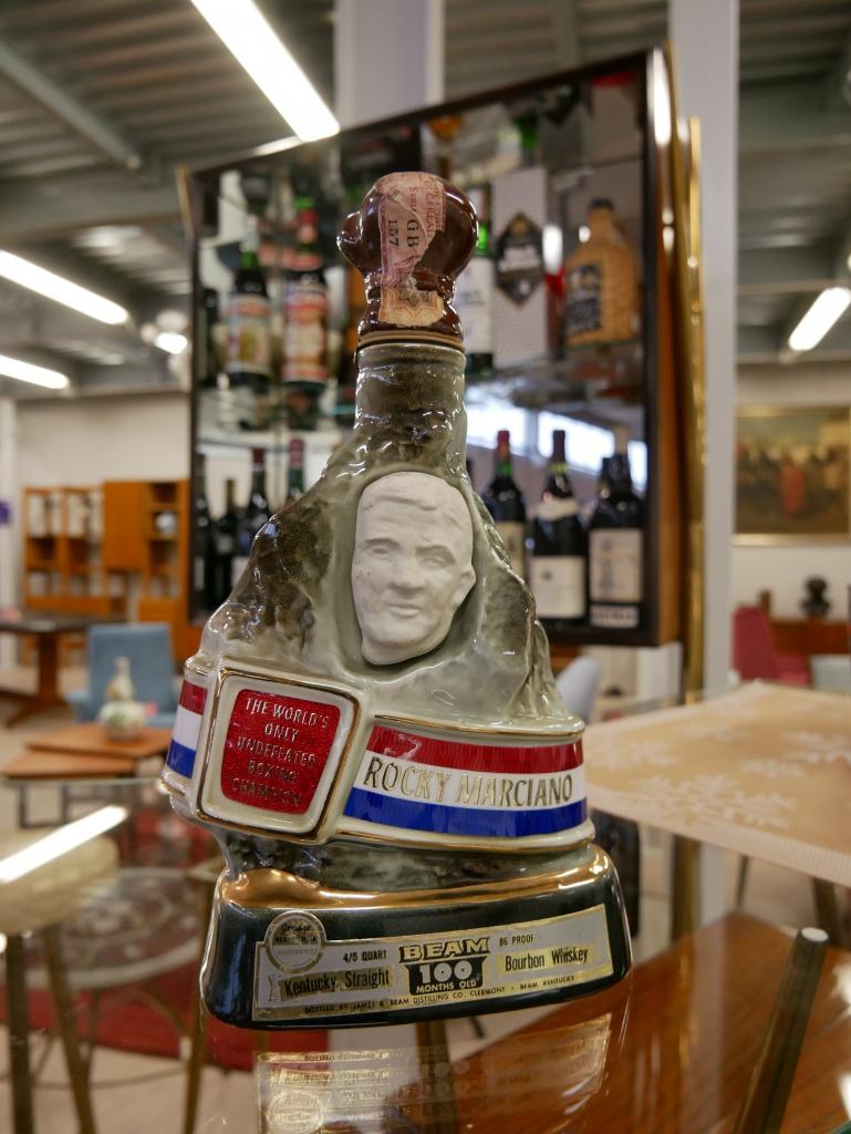 Dettaglio bottiglia commemorativa anni 60 -70 nel nostro negozio di Cambiago.