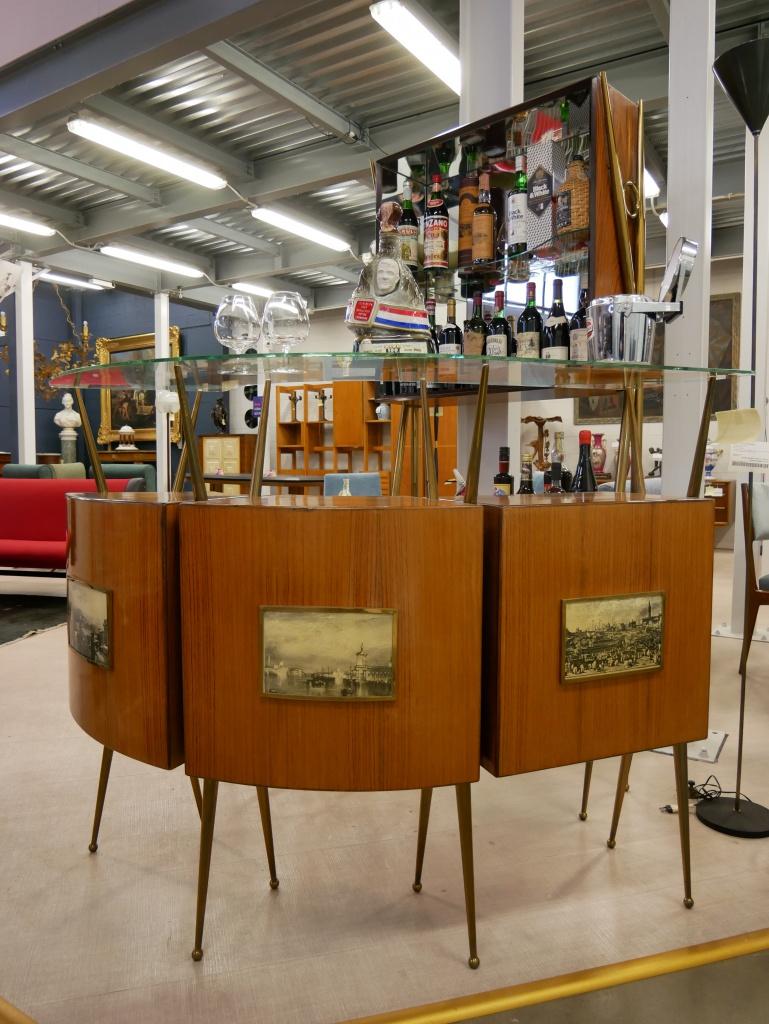 Mobile bar anni 50 60 nel nostro negozio di Cambiago con qualcuno dei vini che andranno in asta sul nostro negozio eBay.