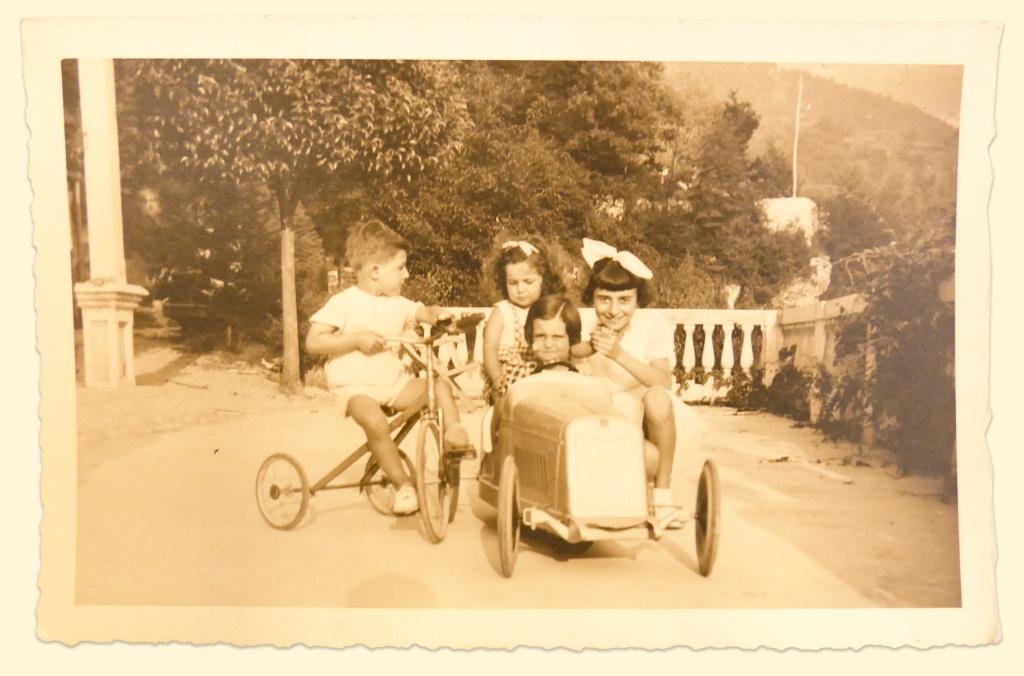 Bambini e macchina a pedali, fine anni 60