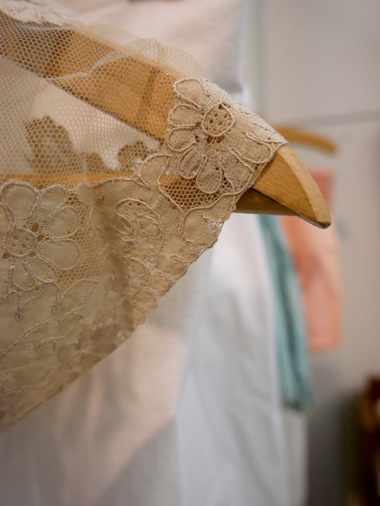 Dettaglio vestito in Pizzo negozio di Cambiago